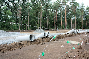 (с) Сергей Кищенко: Подготовительные работы включают в себя прокладку труб и укладку щебня.