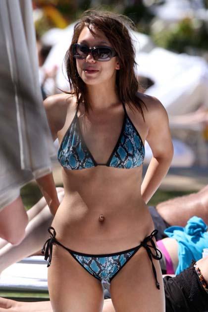 http://lh6.ggpht.com/_7XsFrm4tNMs/S-pUNDI7CLI/AAAAAAAAAyA/FxqUYpFuf2Q/s800/cheryl_burke_bikini_in_miami_002.jpg