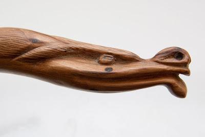 Tête de serpent sculptée