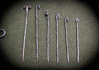 Fourchette médiévale (à gauche) et pics à cheveux en acier torsadé.