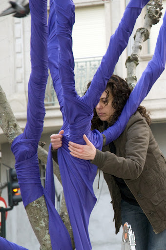 Adriana Echeverria instalando la obra del Dia de la Mujer Trabajadora
