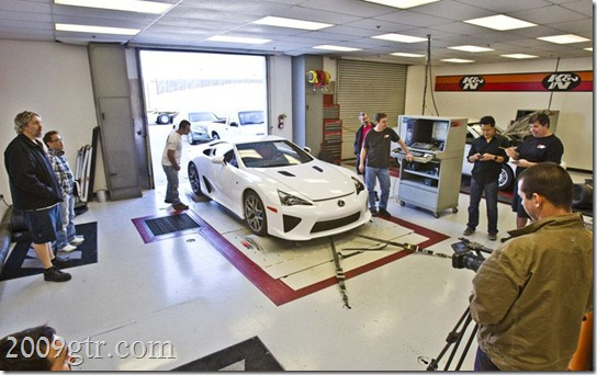 2012-lexus-LFA-in-garage