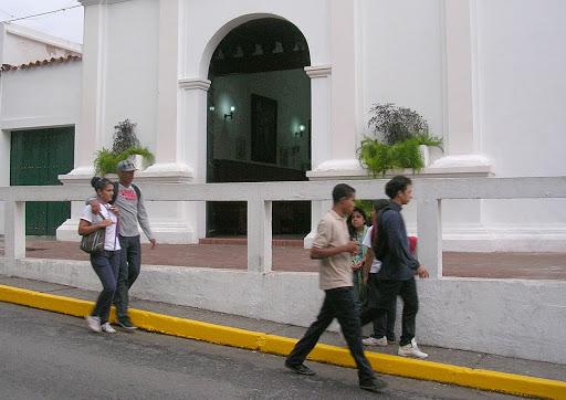 Jóvenes frente a la Iglesia de El Hatillo Caracas Venezuela