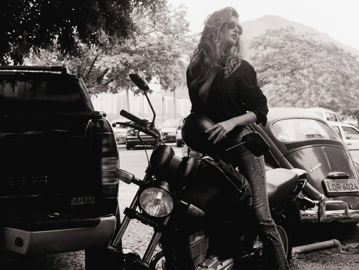 Gisele_Bundchen_on_MotorBike_4347