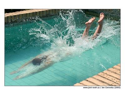 v_bazenu