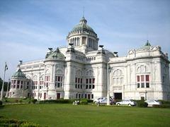 داخل قصر دوسيت في عام 1906 ، ملك شولالونغكورن (راما الخامس) بتكليف لبناء قاعة استقبال