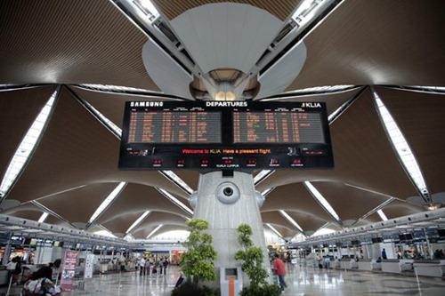 كاونترات الطيران والسفريات المختلفة بمطار كوالالمبور الدولي