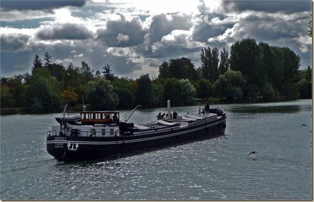 péniche sur la Seine entre Samois et Héricy