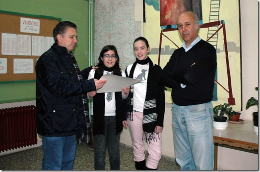 """Momento da entrega dos xogos do """"tiruriru"""" aos alumnos do Colexio Vales Villamarín de Betanzos"""