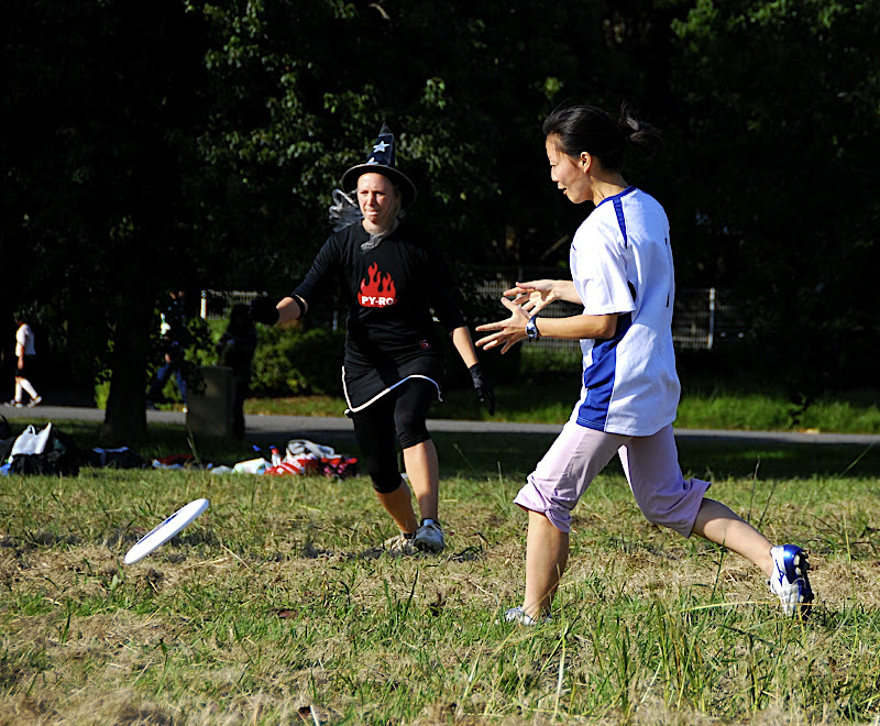 Su-young makes a play on the disc