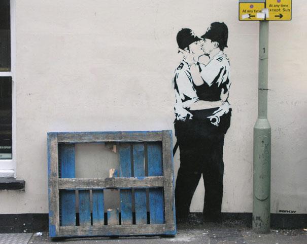 http://lh6.ggpht.com/_9F9_RUESS2E/SsTOzKNFtgI/AAAAAAAABQs/Dz7jQYDanmo/s800/banksy-graffiti-street-art-kissingcoppers3.jpg
