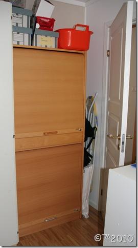 Godteskapet har låsbare dører og befinner seg  godt gjemt bake en dør, i en rotete krok. :D