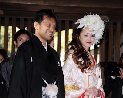 神前挙式した沢尻エリカのしていた白いユリの髪飾りの花嫁ヘアスタイル
