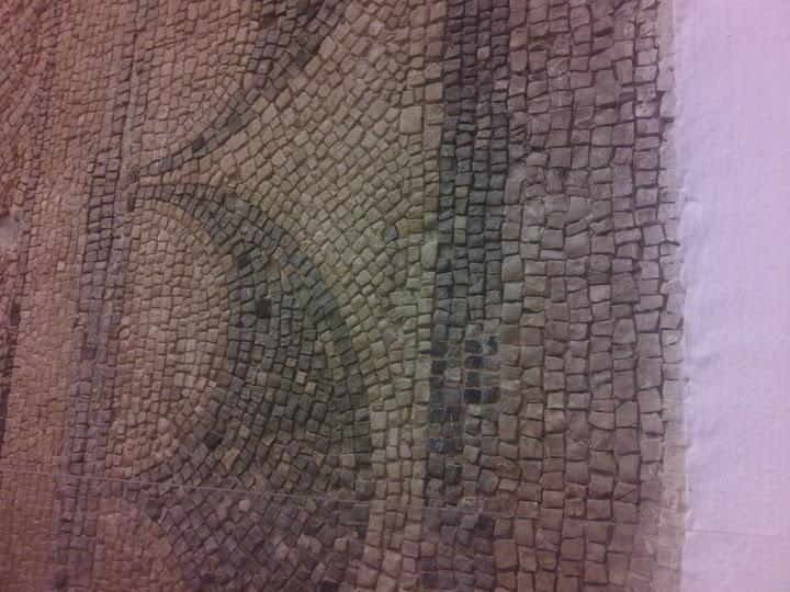 Cuadro dibujado con piedras, en el interior del Alcázar de los Reyes Cristianos