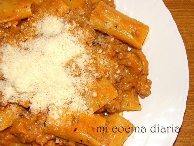 Pasta con salsa de tomates, nata y carne picada (Паста с мясным сливочно-томатным соусом)