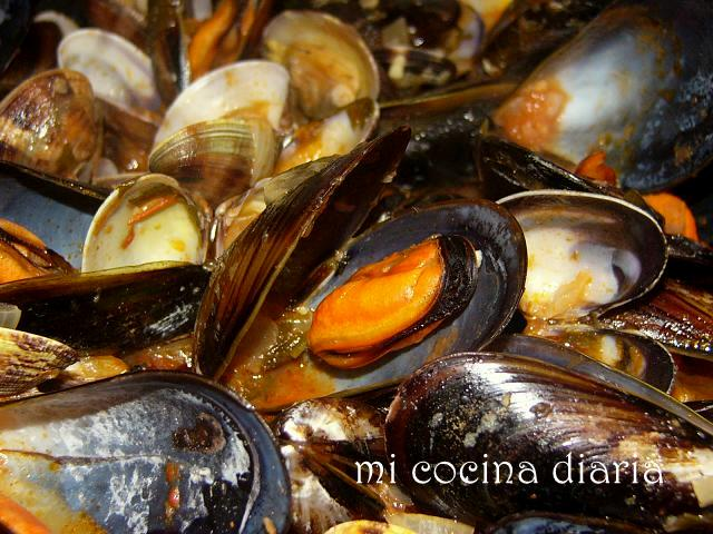 Mejillones y almejas a la marinera (Мидии и ракушки по-морскому)