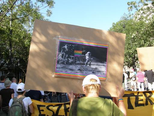, 2010, Budapest Pride, buzi, felvonulás, fényképek, gay, képek, lesbians, leszbikusok,  LGBT, meleg, Meleg Méltóság Menete, photos, pictures, tüntetés,   stockphoto, parádéHold, Moon, vicces, holdraszállás