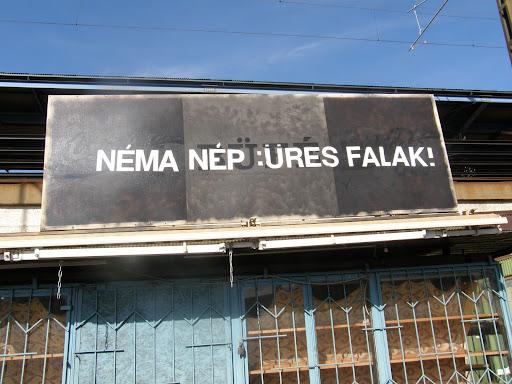 NÉMA NÉP, ÜRES FALAK. Kőbánya alsó vasútállomás
