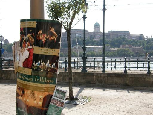 Budapest,  Duna-korzó, Dunakorzó, korzó,  V. kerület,  graffiti,  falfirka, éttermek, képek,  fotók. pictures,  stockphoto,  photostock, photos for sale, eladó képek, belváros,  Dunapart,  turizmus