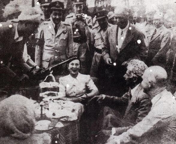 [Quaid-e-Azam receiving a rifle from a tribal chief[5].jpg]