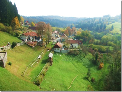 Il magnifico paesaggio autunnale intorno a predjamski grad in Slovenia