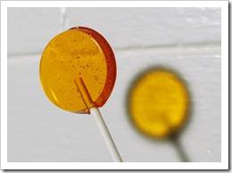 Gold lollipop in Nutmeg Creme flavor