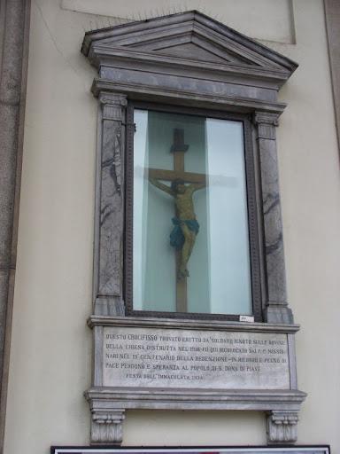 Il Crocifisso nel pronao del Duomo