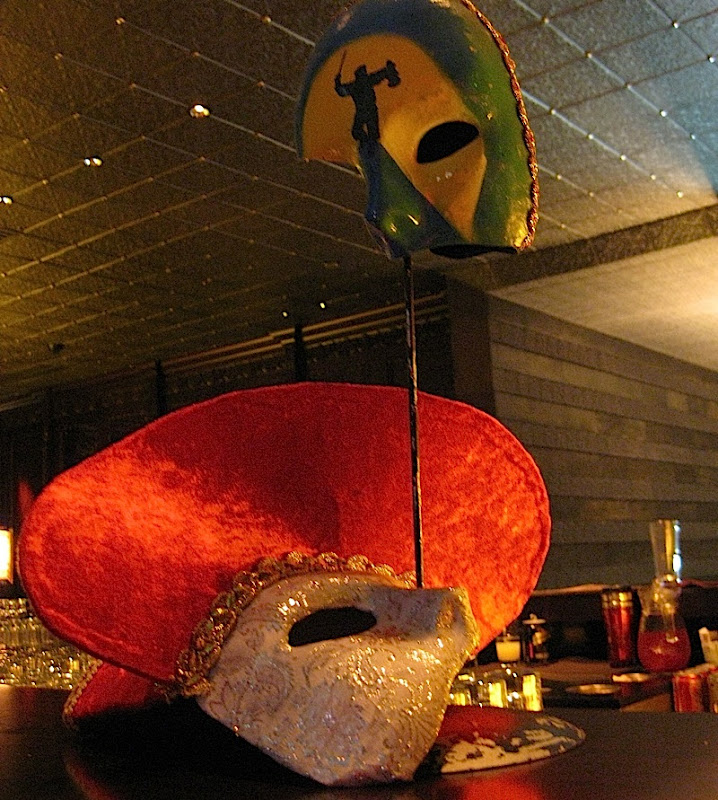 mask decorations at the masquerade themed party of 7Pecados