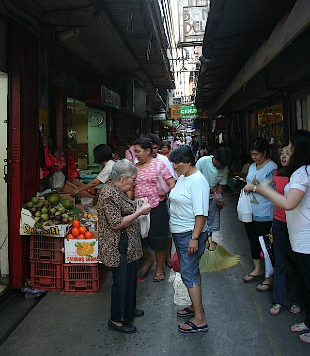 alley with market stalls in Manila's Chinatown