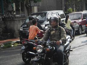小孩騎機車