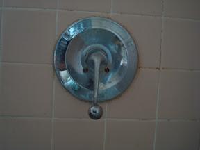 How to Fix a Leaky Bathtub Faucet : Shutting Off a Leaky Bathtub