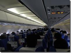 満席の飛行機にて出発
