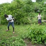 Collin en Joyce in de tuin aan het werken