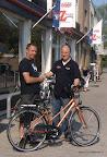 De hoofdprijs, beschikbaar gesteld door van Zuijlen tweewielers, wordt opgehaald door Jan om later op de avond verloot te worden.