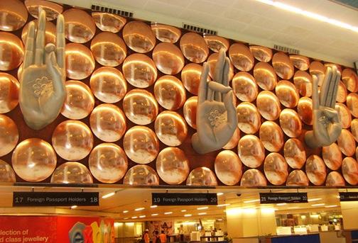 Mãos no aeroporto de Nova Déli