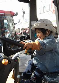 かづちゃん トラクター運転中