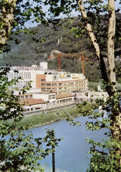 Cartes Postales Pop et  Kitsch des années 50, 70 et 70 - Pop and kitsch vintage postcards from the fifties, the sixties and the seventies : L'usine RHODIACETA de BESANCON