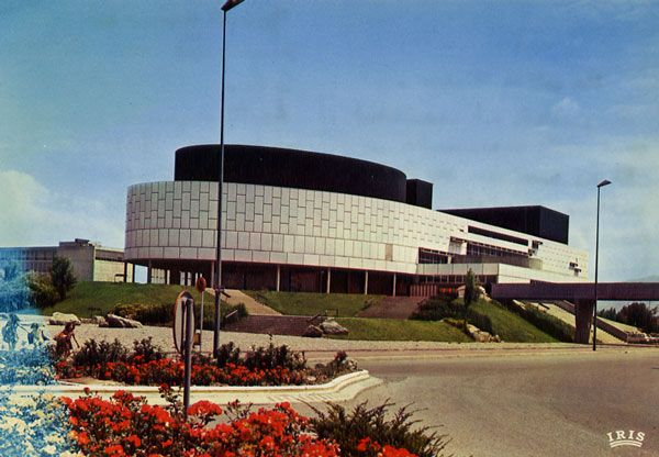 Cartes Postales Pop et  Kitsch des années 50, 70 et 70 - Pop and kitsch vintage postcards from the fifties, the sixties and the seventies : GRENOBLE - ville olympique La Maison de la Culture Architecte : WOGENSCKY
