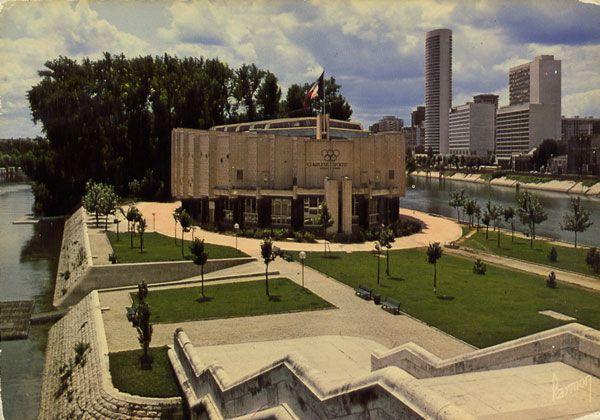 Cartes Postales Pop et  Kitsch des années 50, 70 et 70 - Pop and kitsch vintage postcards from the fifties, the sixties and the seventies : NEUILLY-SUR-SEINE - PUTEAUX (Hauts-de-Seine) Le Complexe Sportif au pont de Neuilly