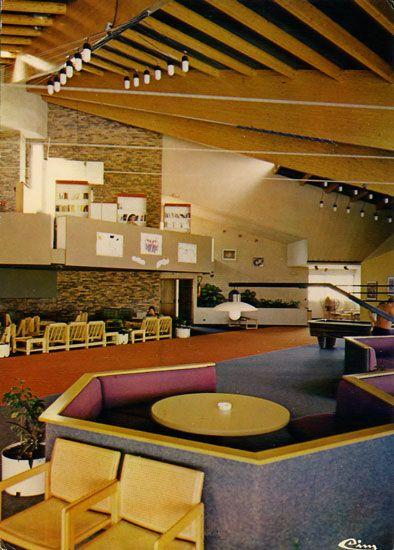Cartes Postales Pop et  Kitsch des années 50, 70 et 70 ROQUEBRUNE-sur-ARGENS - Les ISSAMBRES (Var)Centre de vacances C.C.E. - P.C.U.K. La GAILLARDE 83600 ST-AYGULF Le salon