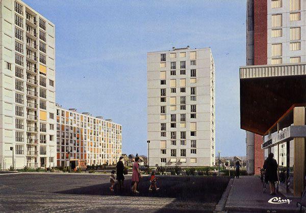 Cartes Postales Pop et  Kitsch des années 50, 70 et 70 Avec un peu d'aide de nos amis - Pop and kitsch vintage postcards from the fifties, the sixties and the seventies : GOUSSAINVILLE (95. Val-d'Oise) Les