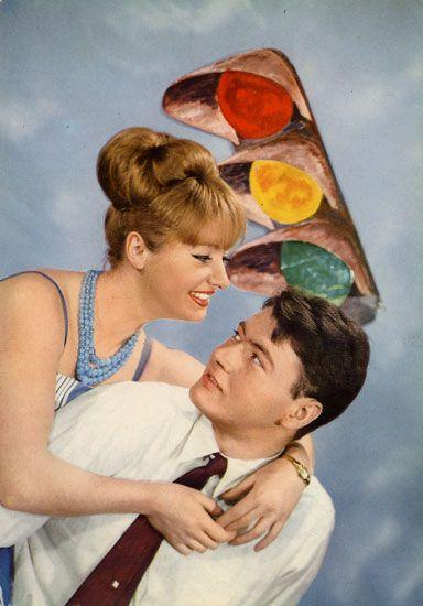 Cartes Postales Pop et  Kitsch des années 50, 70 et 70 Avec un peu d'aide de nos amis - Pop and kitsch vintage postcards from the fifties, the sixties and the seventies : Transports amoureux - Love transports