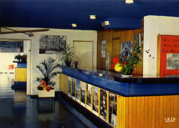 Cartes Postales Pop et  Kitsch des années 50, 70 et 70 - Pop and kitsch vintage postcards from the fifties, the sixties and the seventies : VILLAGE - VACANCES - FAMILLES Gite d'Albeville 67220 ALBE Tél. (88) 57.16.13 La réception