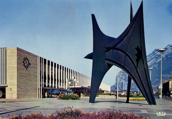 Cartes Postales Pop et  Kitsch des années 50, 70 et 70 - Pop and kitsch vintage postcards from the fifties, the sixties and the seventies : GRENOBLE - Ville olympique Le Stabile de CALDER La gare SNCF