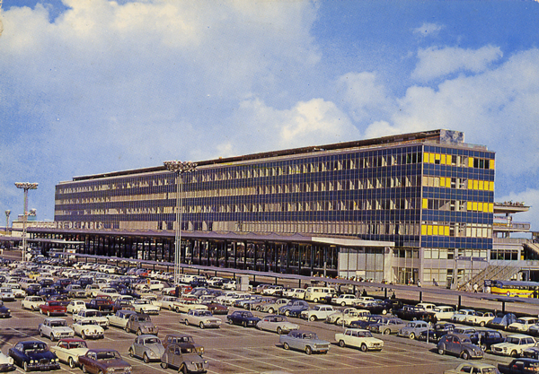 Cartes Postales Pop et  Kitsch des années 50, 70 et 70 - Pop and kitsch vintage postcards from the fifties, the sixties and the seventies : AEROPORT DE PARIS-ORLY La facade Nord de l'Aérogare et le parking départ