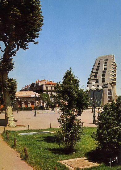 Cartes Postales Pop et  Kitsch des années 50, 70 et 70 - Douceur de vivre : 34000 - MONTPELLIER (Hérault) Le Nouveau Montpellier  Le Triangle dominant la Ville, vu de l'esplanade
