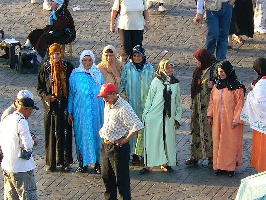 Imagini Maroc: Jema el-Fnaa Marrakech - cucoane in piata.JPG