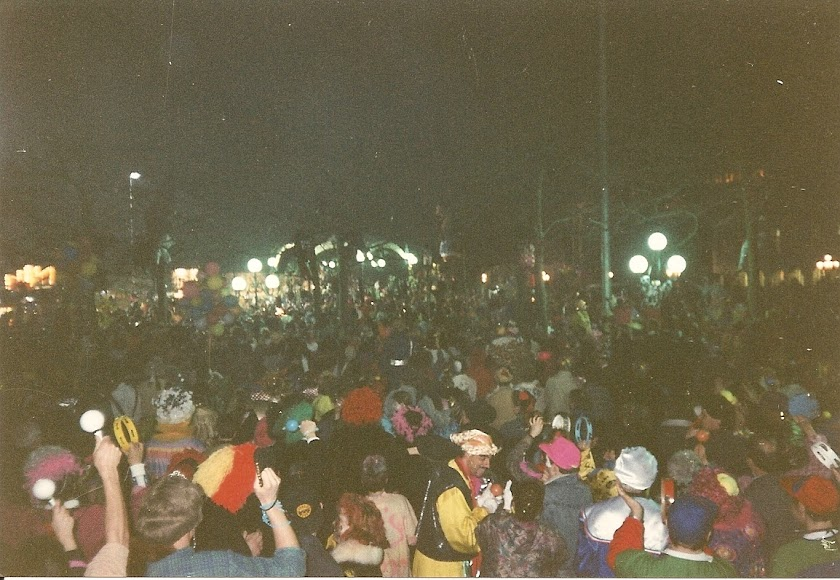 96. (3.03.1992, Maastricht, sfarsitul Carnavalului in Vrijthof).jpg