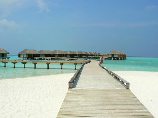 Cazare Maldive: Velassaru spre watervillas Vellasaru