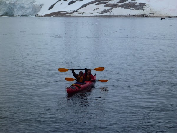 Imagini Antarctica: canoe in Antarctica.JPG